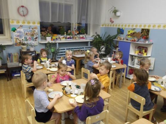 Дети кушают, сидя за столиками