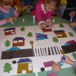 Дети на ватмане делают аппликацию проезжей части