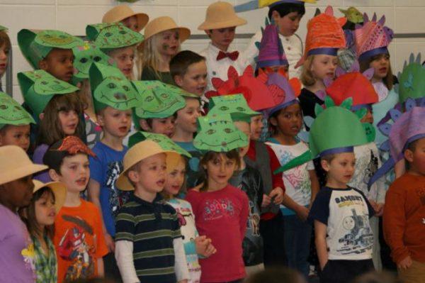 Дети поют хором в бумажных шапочках-масках