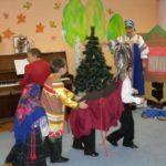 Дети разыгрывают сказку «Гуси-лебеди»