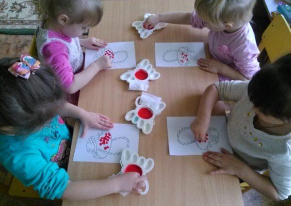 Дети рисуют пальчиками содержимое корзинки