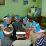 Дети с шапочками-капельками на головах стоят в кругу