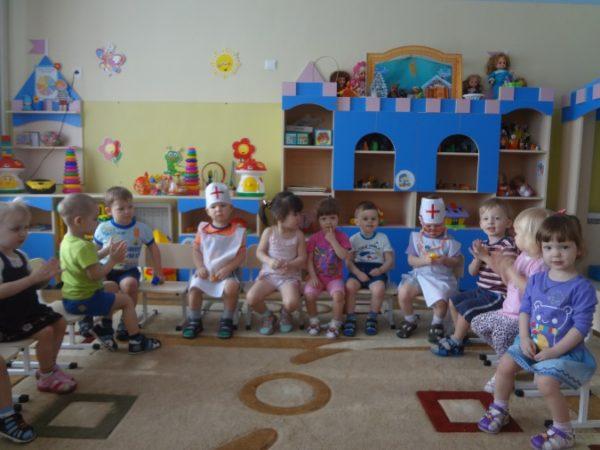 Дети сидят в кругу на стульях