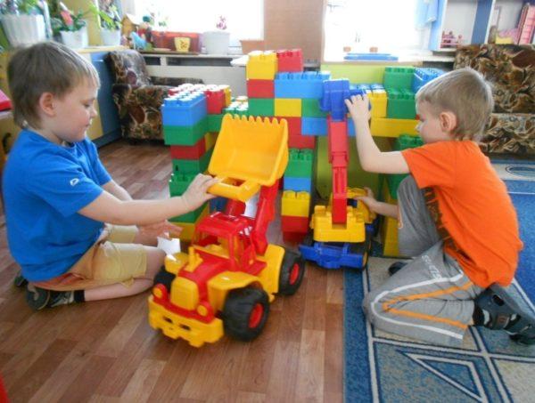 дети старшей группы строят дом