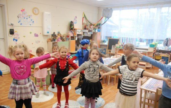 Дети стоят,подняв и раскрыв руки по бокам