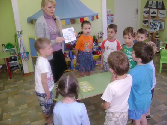 Дети стоят вокруг стола