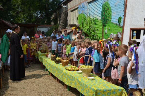 Дети в церкви на Яблочный Спас