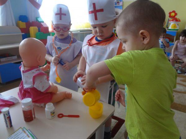 Дети в роли докторов играют