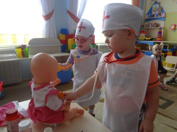 Дети в роли докторов лечат куклу