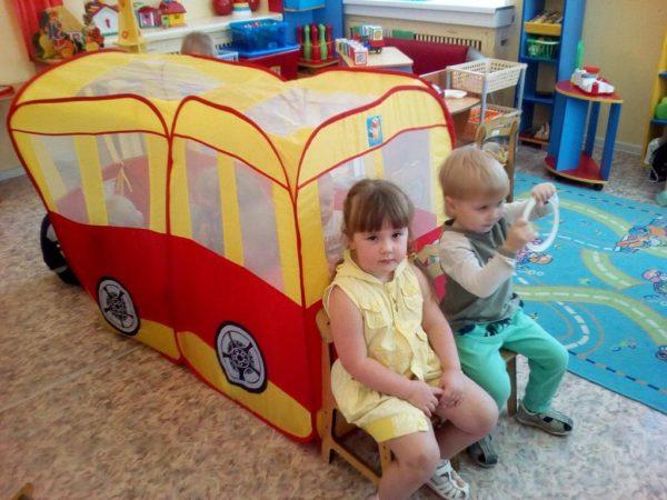 Дети в роли водителей автобуса