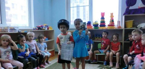 Мальчик и девочка выступают с проектом перед остальными ребятами