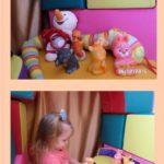 Девочка играет с игрушкой-пищалкой