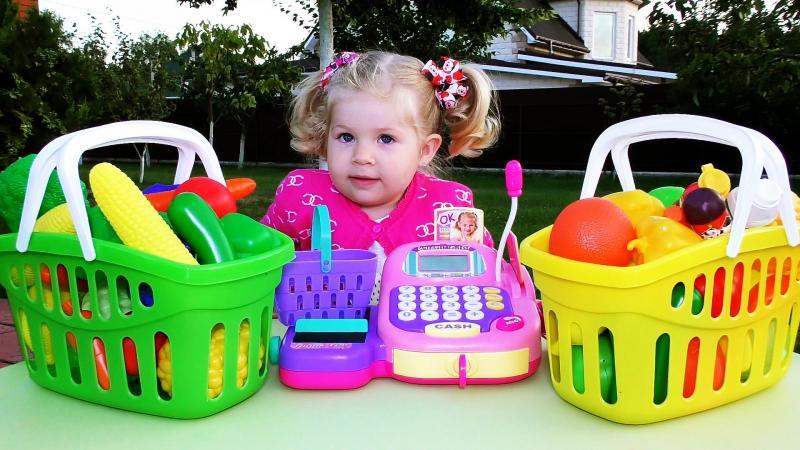 девочка играет в магазин