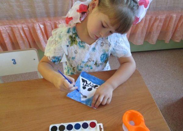 Девочка рисует дорожный знак