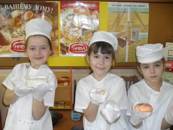 Девочки с хлебом