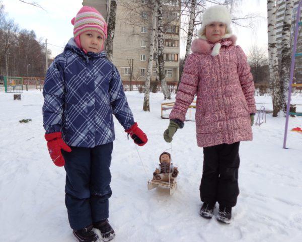 «Дочки-матери» на прогулке