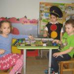 Дошкольники играют с макетом дороги