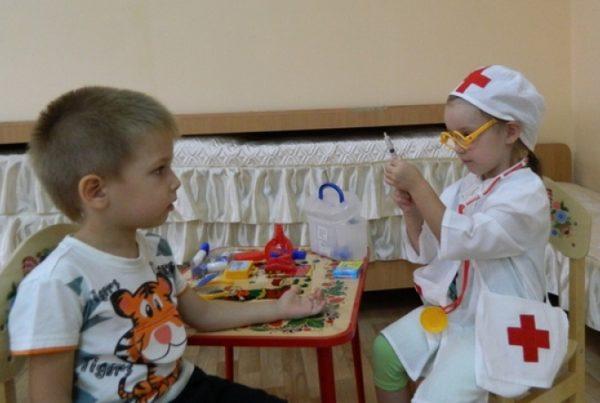 Дошкольники играют в больницу
