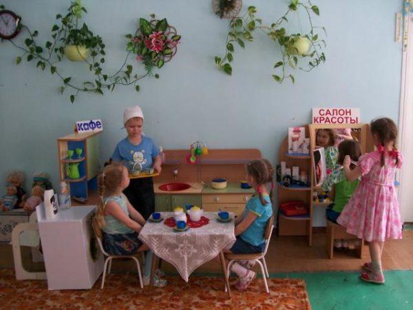 Дошкольники играют в кафе и салон красоты