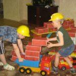 Дошкольники играют в строителей