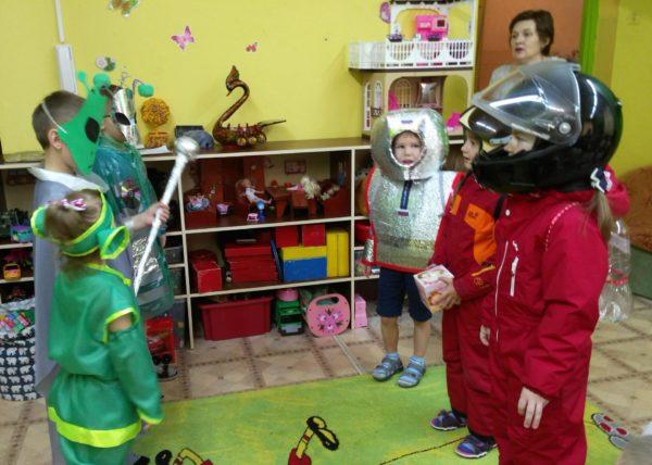 Дошкольники в костюмах космонавтов и инопланетян