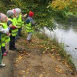 Дошкольники возле реки