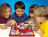 Два мальчика и две девочки играют с игрушкой Человек в спальне