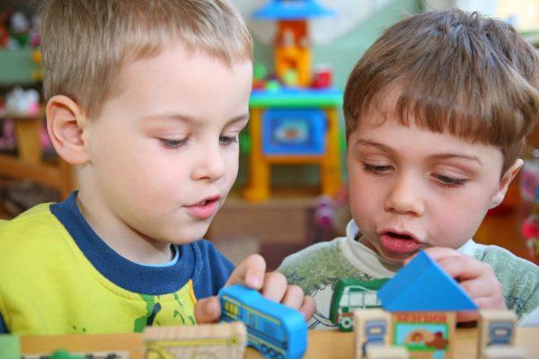 Два мальчика играют в группе