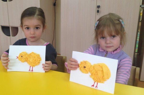 Две девочки держат аппликацию цыплёнок