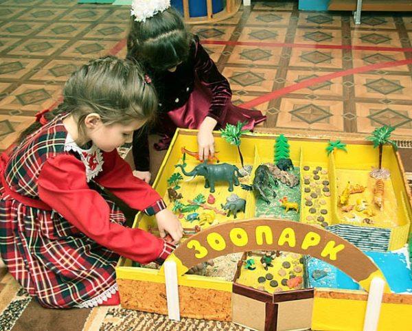 Две девочки играют в игру Зоопарк