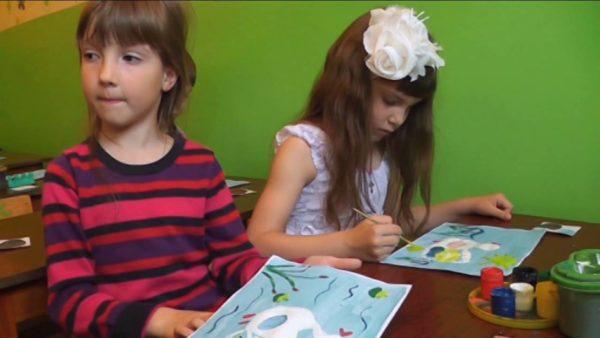 Две девочки рисуют уточек