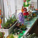 Эколуголок на подоконнике: мини-огород, цветы, кукла на телеге