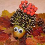 Ёжик из шишки на осенних листьях