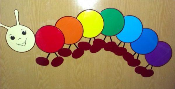 Гусеница на шкафчике со всеми цветами радуги