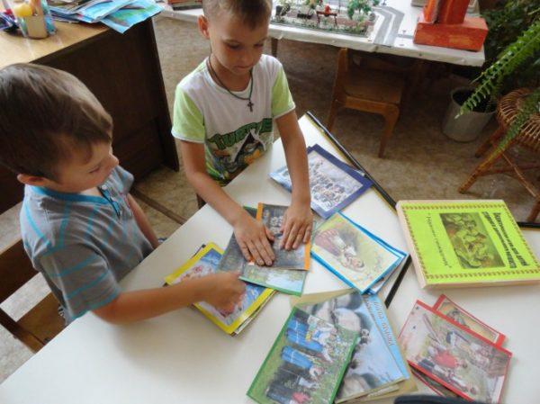Два мальчика увлечены игрой «Назови православный праздник»