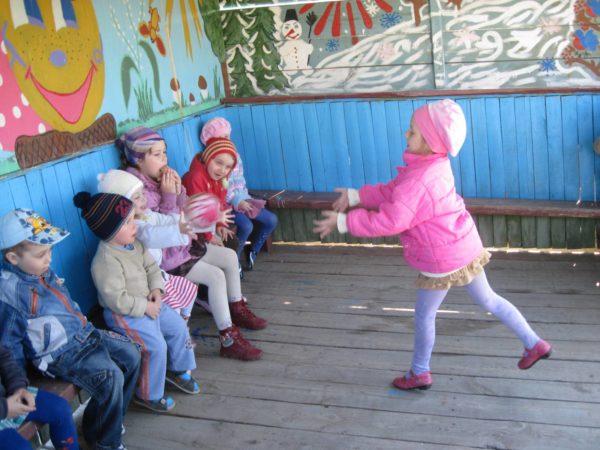 Дети играют в беседке в «Съедобное-несъедобное»