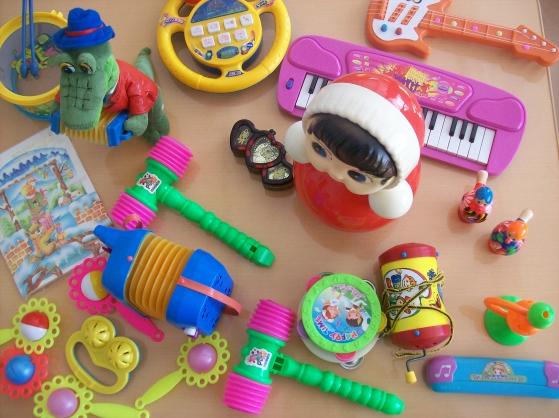 Игрушки в музыкальном уголке