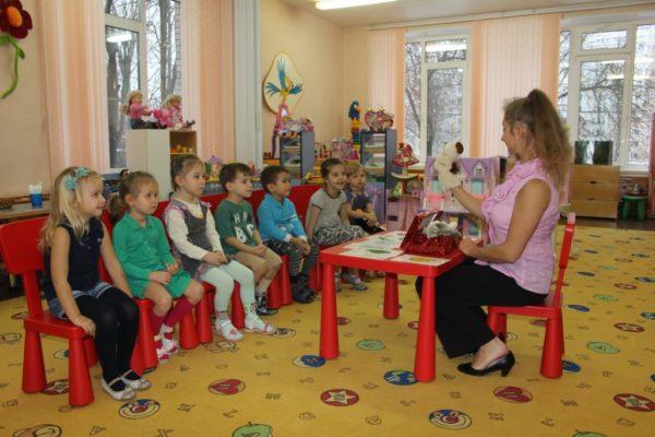 Педагог рассказывает что-то детям от имени игрушки