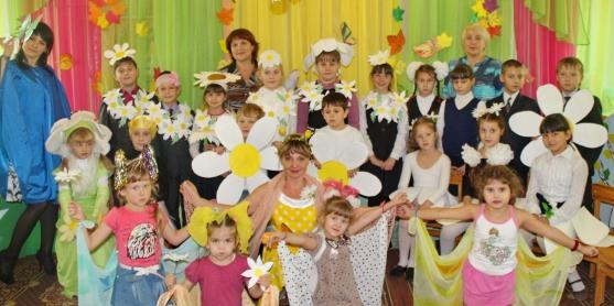 Коллективное фото: дети с ромашками на голове, нарядные педагоги