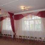 Красно-белые шторы с ламбрекенами