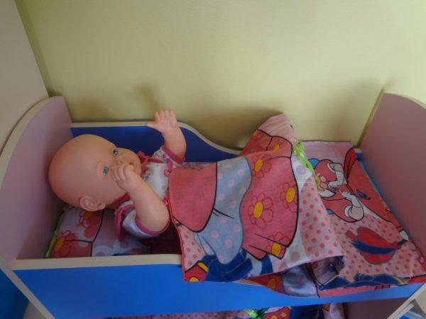 Кукла в кроватке