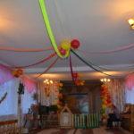 Ленты, шары и разноцветные листья на потолке