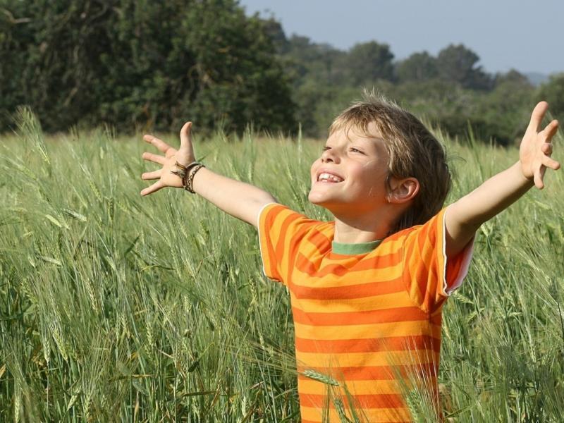 мальчик радуется на природе