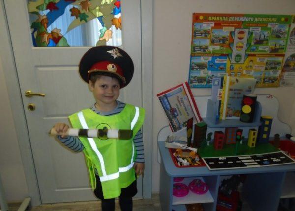 Мальчик с жезлом в костюме работника ДПС