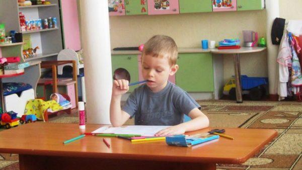 Мальчик сидит над заданиями