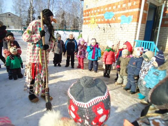 Дети выстроились на улице вокруг педагога в костюме Бабы-яги