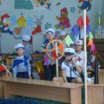 Дошкольники изображают моряков в плавании