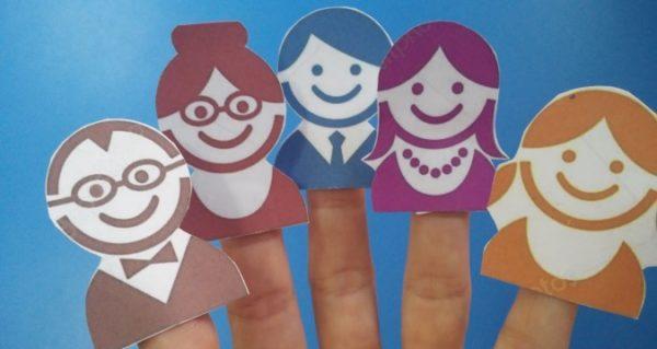На пальцах бумажные куклы пальчикового театра — члены семьи