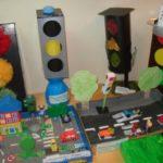 Объёмные поделки: светофоры и проезжая часть с машинками из картона, один светофор сделан из помпонов
