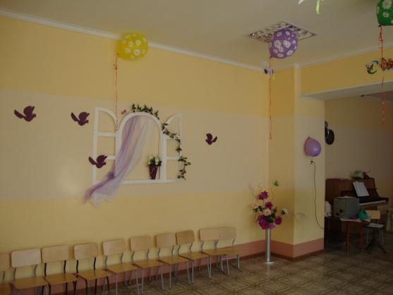 Оформление стены к 8 Марта — окно с развевающейся занавеской, цветы и птицы